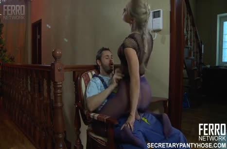 Блондинка в соблазнительных колготках завела мужа