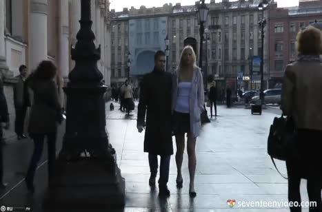 Жопастая русская блондинка очень круто сделала минет