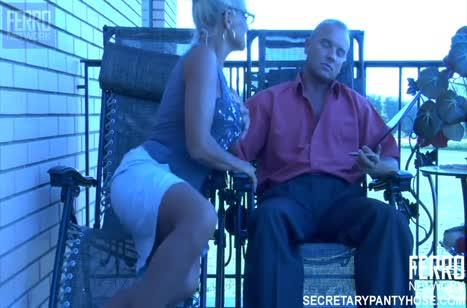Жопастая женушка устроила с мужем порно на балконе