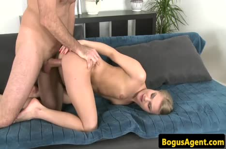 Зрелая блондинка зажигает на порно кастинге